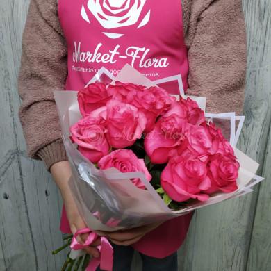 15 розовых роз в плёнке